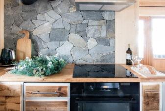 Kuchnia-domek-z-kominkiem-w-zakopanym